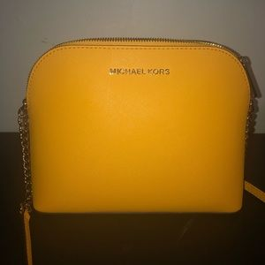 ✨MICHAEL KORS YELLOW CINDY LARGE DOME CROSSBODY✨